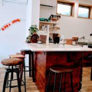 カフェのカウンターテーブル